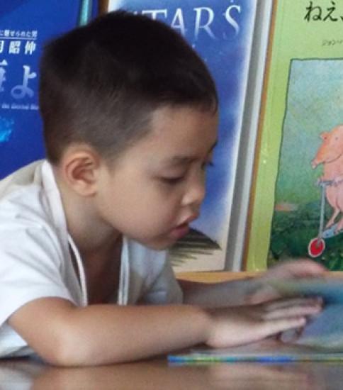 活動の風景_絵本とむきあう子どもたち